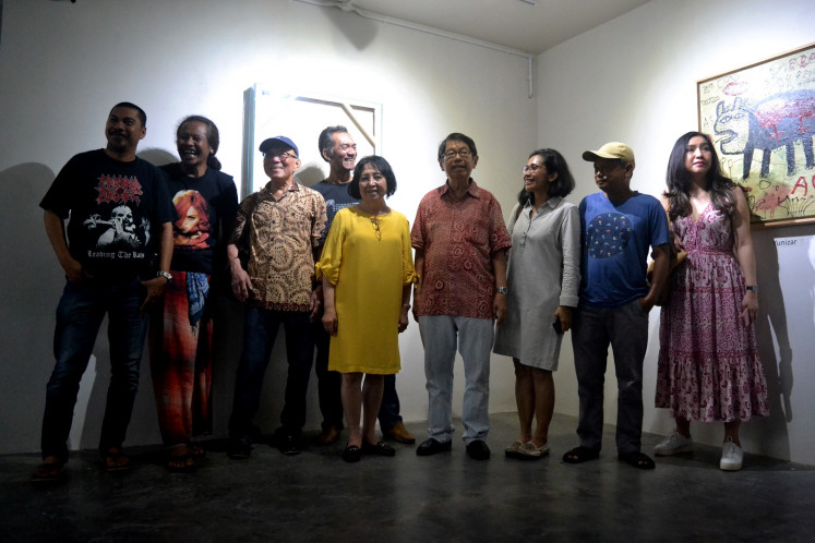 Oei Hong Djien poses with the artists of the
