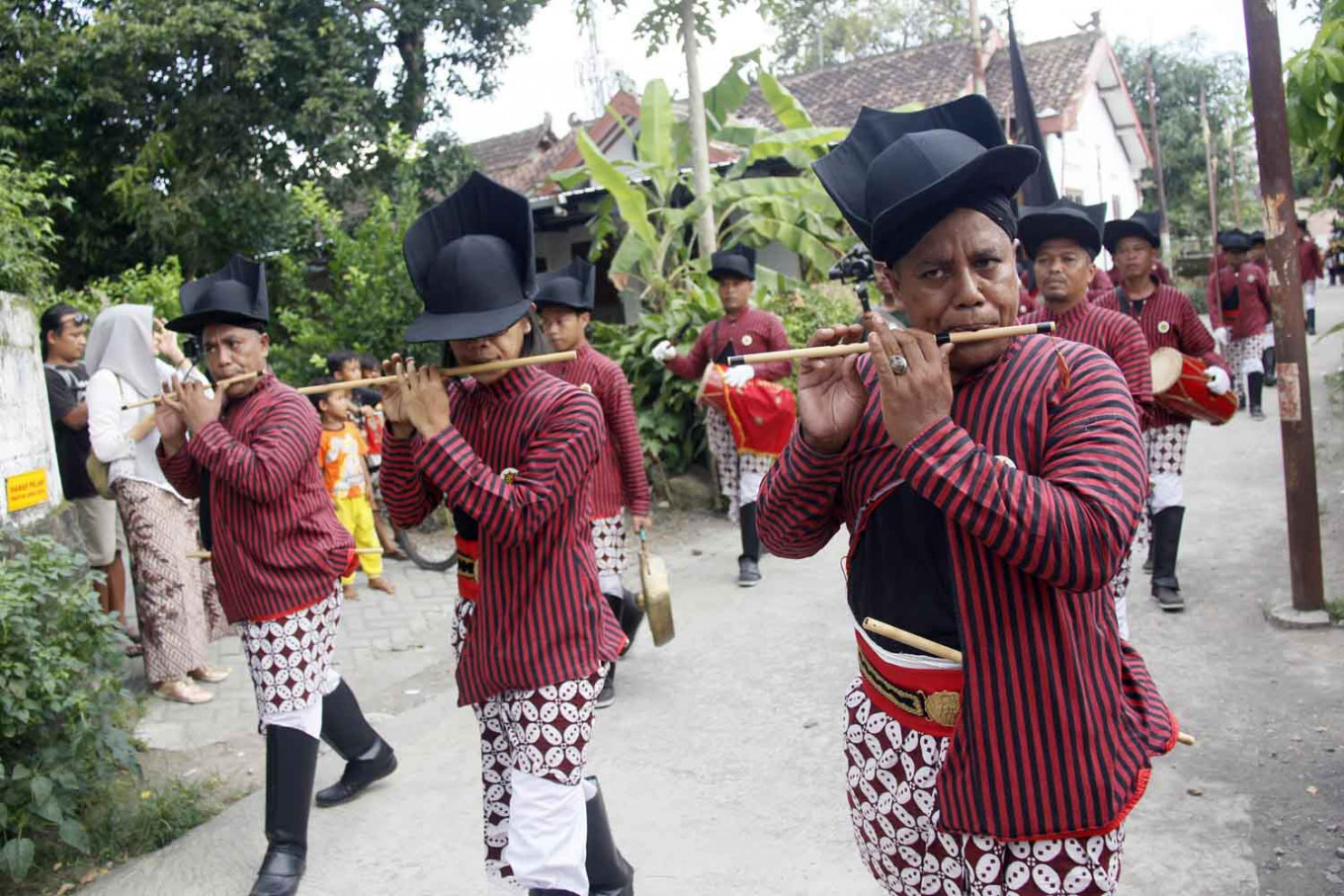 Musicians wearing a Yogyakarta palace soldier's uniform participate in the Nitiprayan Bantul parade as part of a Wiwitan celebration held on April 23. JP/Syamsul Huda M.Suhari