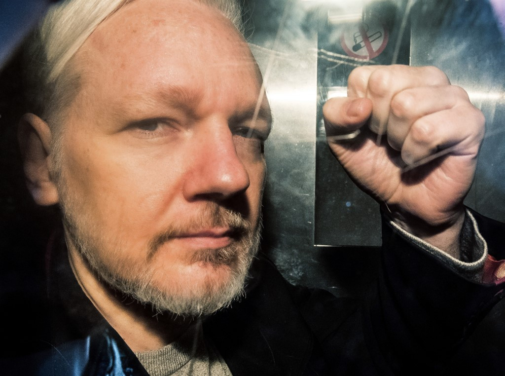 Swedish prosecutor issues formal request to hold Assange on rape suspicion