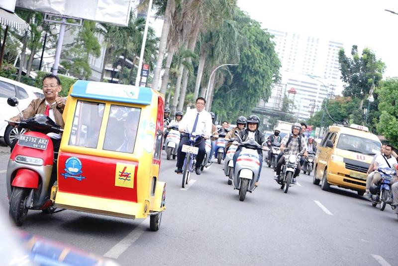 Becak listrik dapat melakukan perjalanan dengan kecepatan tinggi dengan 2.000 watt listrik, kata Parulian Siagian, kepala tim inovasi pushbike School of Technology UHN. (JP / Apriadi Gunawan)