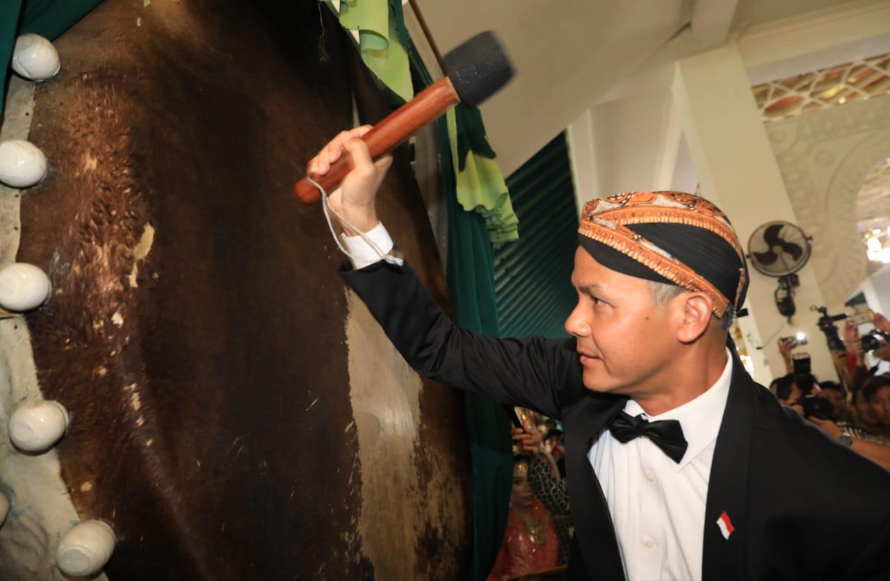 Gubernur Jawa Tengah, Ganjar Pranowo menabuh bedug di karnaval Dhugderan | Foto: Suherdjoko / Jakarta Post