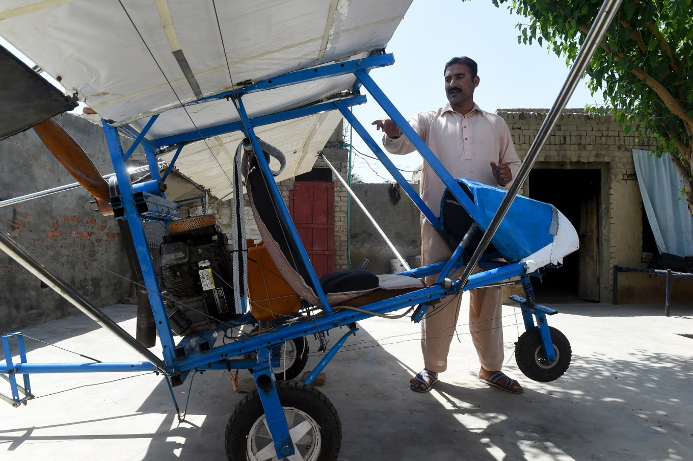 The Pakistani popcorn seller who built his own plane