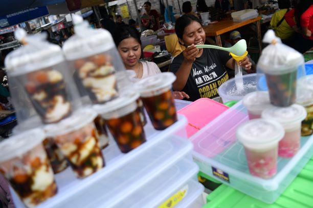Takjil galore! Residents flock to legendary Ramadan snack vendors