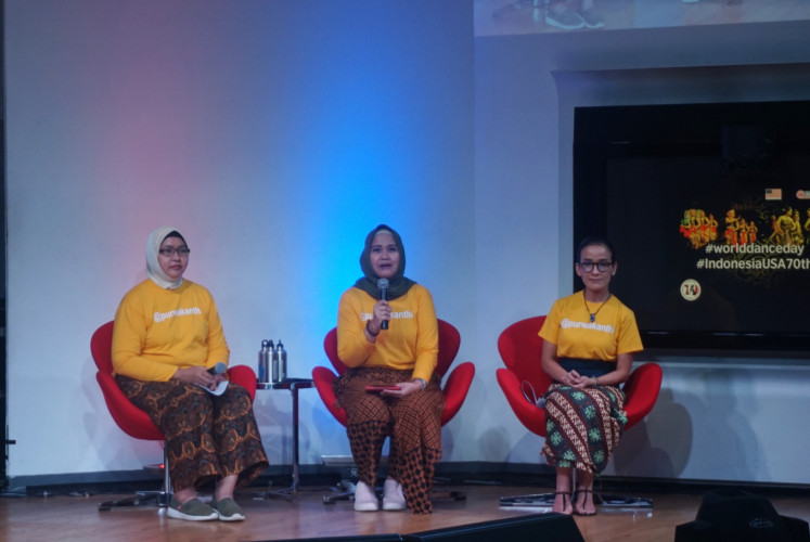 Yurita Yuzwar (center),  a member of the Purwakanthi community, discusses her experience in the United States during