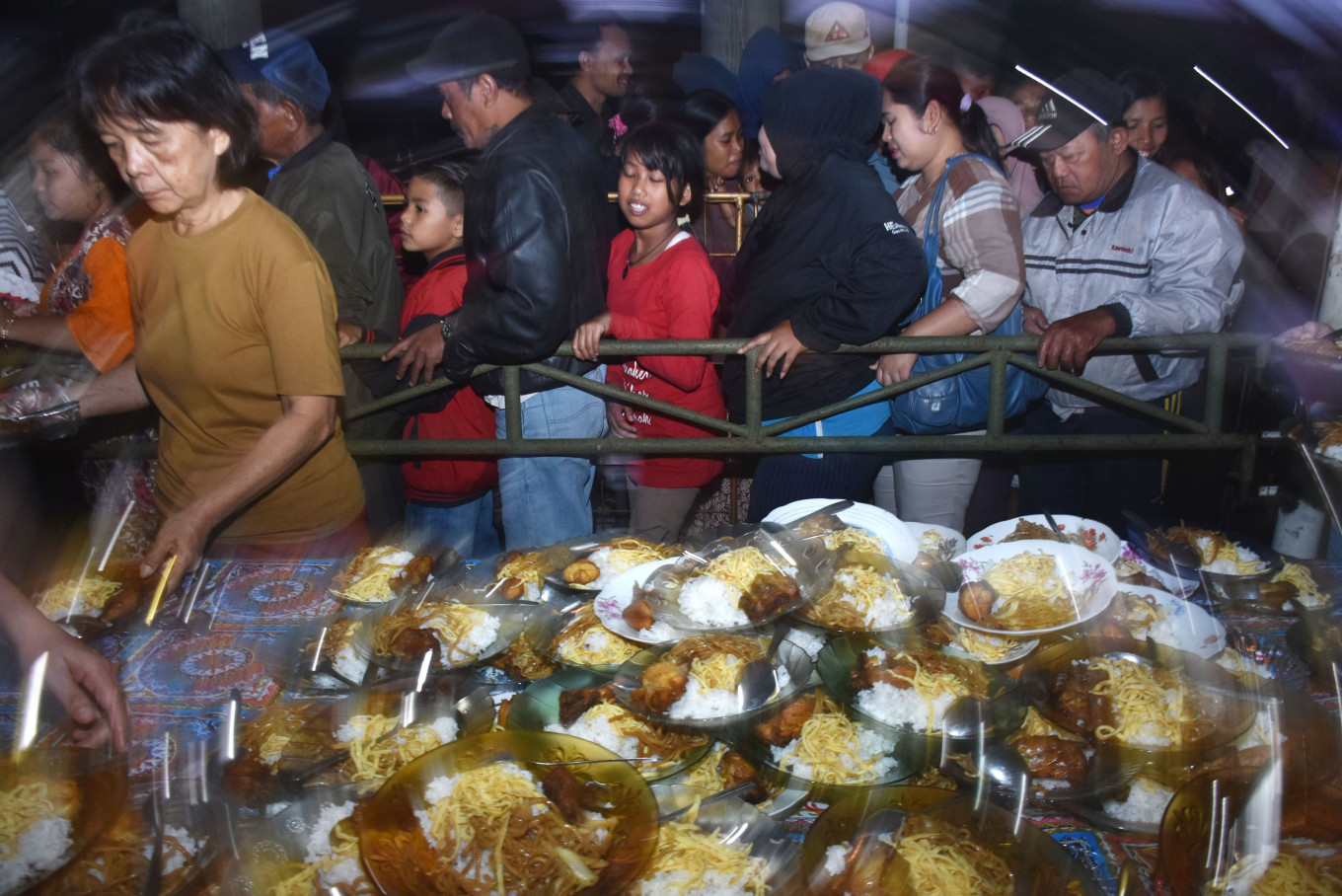 Buddhists In Malang Hand Out Iftar Meals To Local Muslims Lifestyle The Jakarta Post