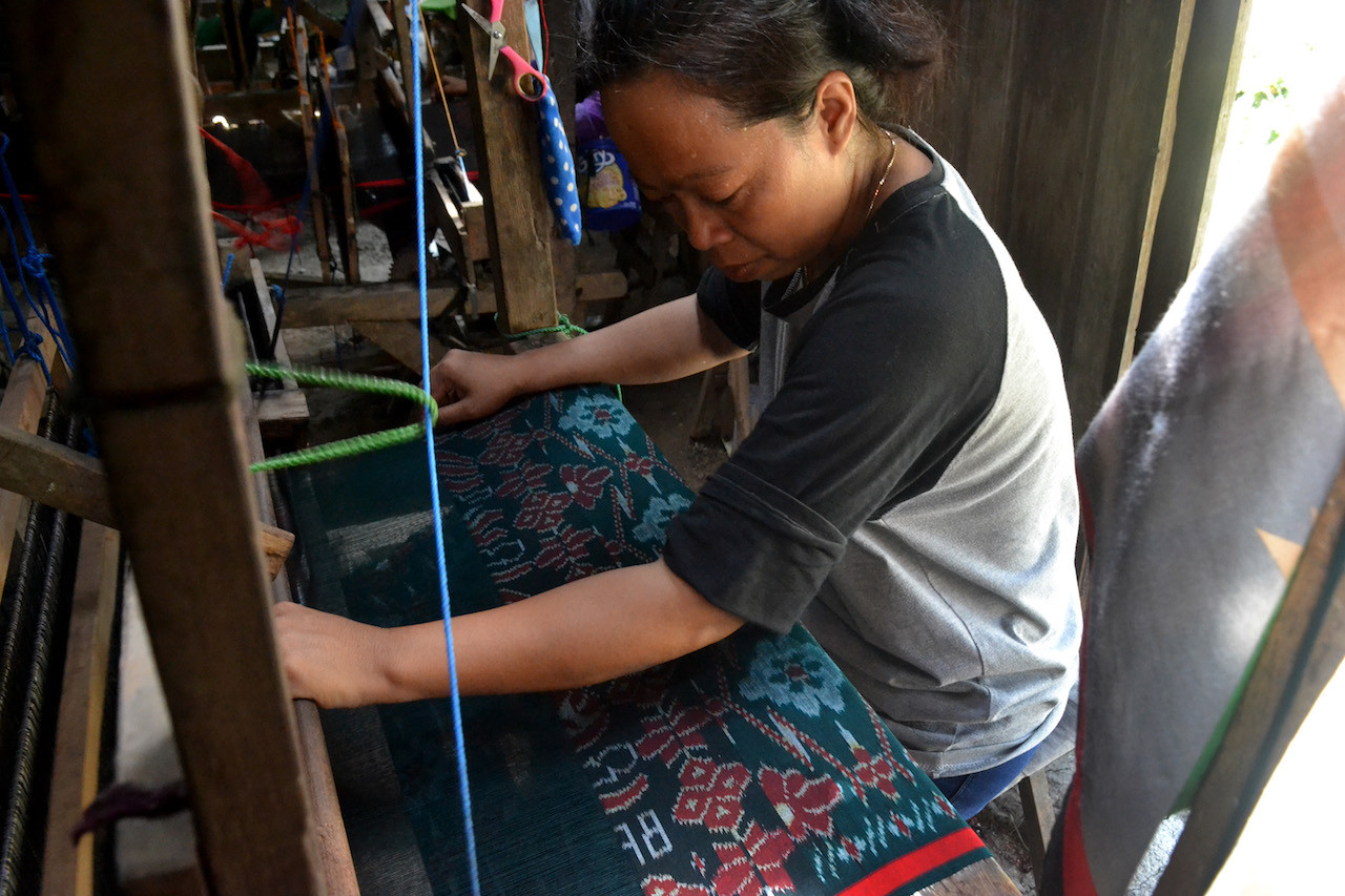For each 'goyor sarong' produced in Giriroto village, Boyolali regency, a weaver is paid Rp 90,000.