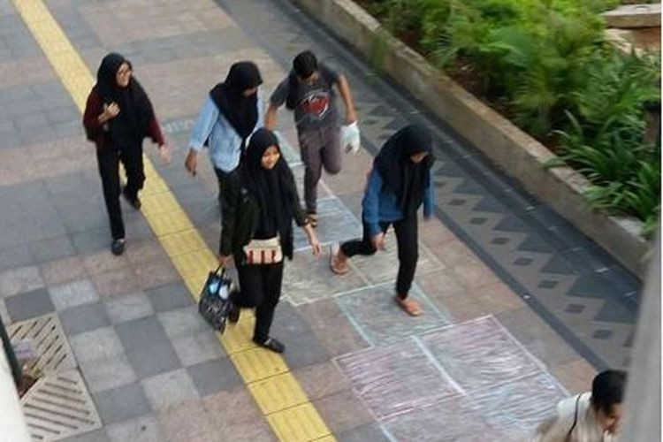Sidewalk hopscotch court entertains Central Jakarta pedestrians