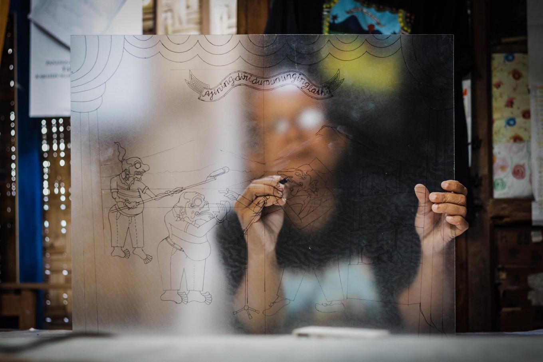 """The detailing process in the glass painting titled """"Ajining diri dumunung ing lathi"""". JP/Anggertimur Lanang Tinarbuko"""