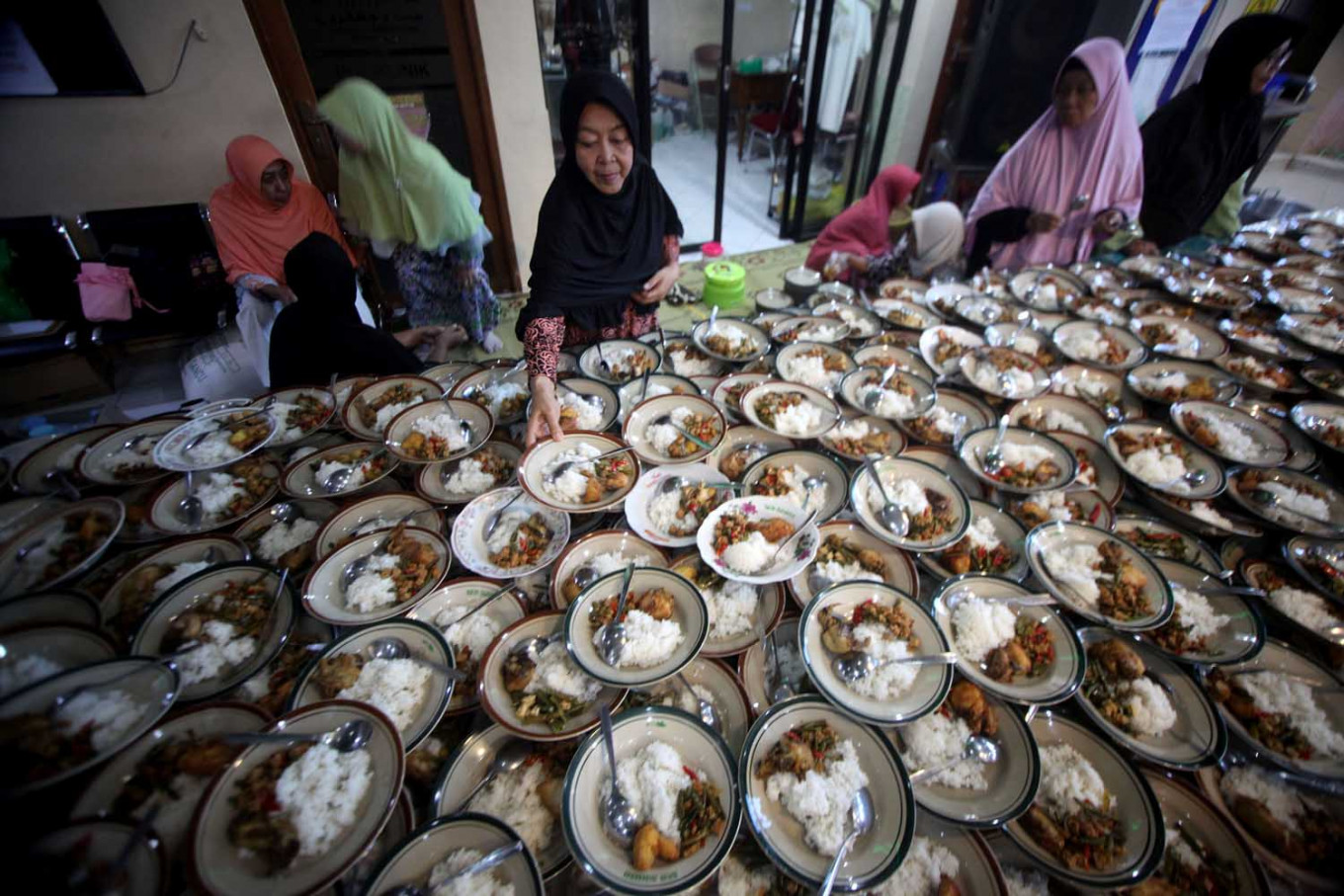 Feast your eyes on this: The mosque staff alongside volunteers prepare iftar meals at Jogokariyan Mosque in Yogyakarta. JP/Boy T Harjanto
