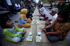 The free meal boxes are prepared for fasting Muslims and Malioboro visitors. JP/ Boy T. Harjanto