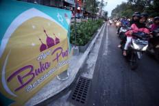 A banner on Jl.Malioboro invites people to enjoy free iftar. JP/ Boy T. Harjanto