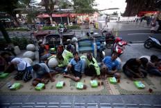 Bentor (motorized three-wheeled pedicab) drivers wait to break their fast. JP/ Boy T. Harjanto