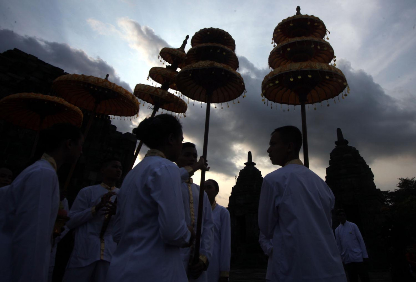 Buddhists put up umbrellas for a Waisak celebration in Lumbung Temple's courtyard, Central Java. JP/Boy T Harjanto