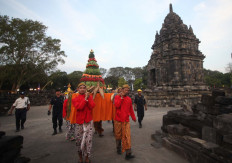 People carry harvest into Sewu Temple in Central Java/ JP/Boy T Harjanto