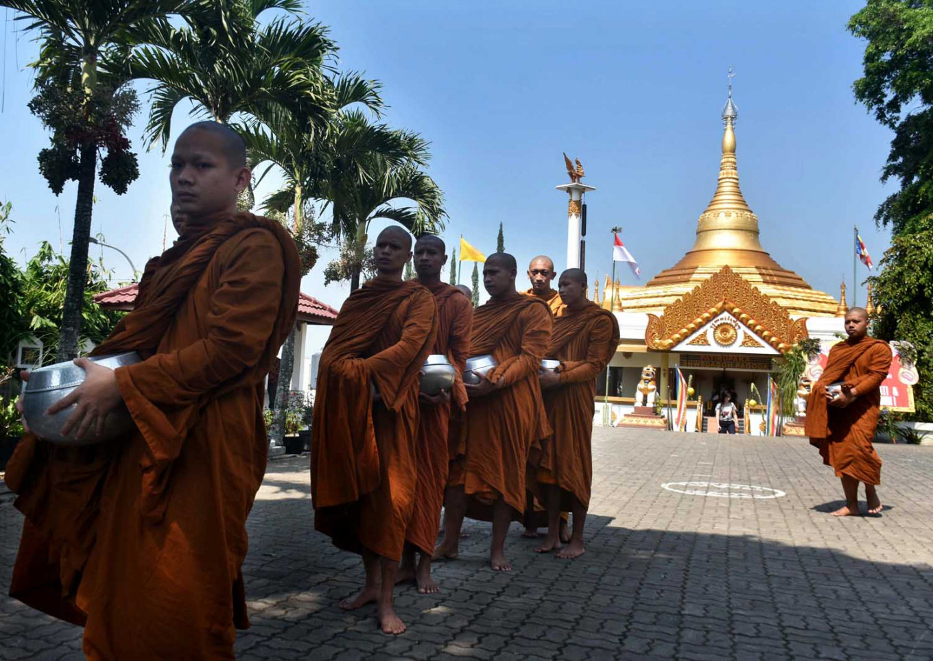 Novice Buddhist monks prepare for the Pindhapata ritual at Dhamadipa Arama Temple in Batu, East Java, on Sunday. This year's Waisak celebrations were held within the temple's compound in respect of Muslims observing Ramadan. JP/Aman Rochman