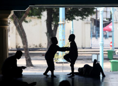Two boys play on the verandah. JP/Boy T. Harjanto