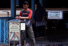 A worshipper leaves a donation in the box after prayers. JP/Boy T. Harjanto