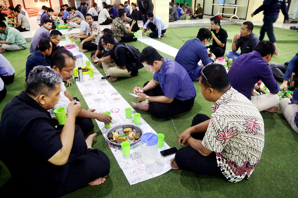 COVID-19: Govt urges Muslims not to hold 'bukber' during Ramadan