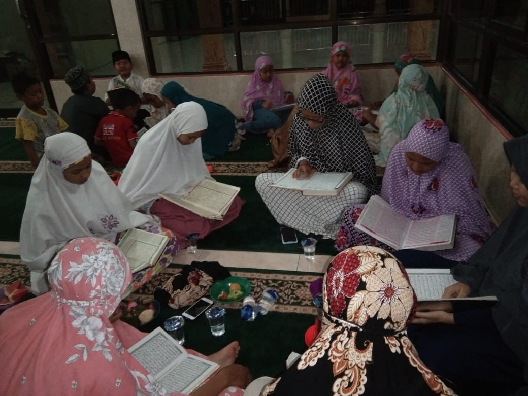 Mosque youth groups in Medan give back this Ramadan