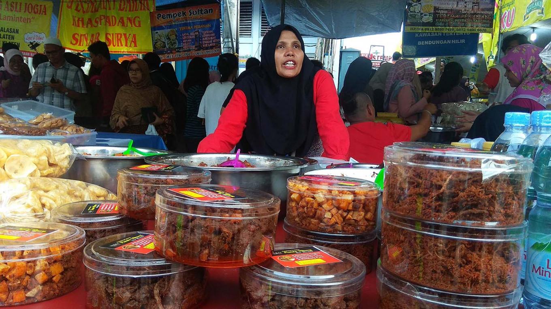 Food hunting: People visit the market regularly during Ramadan to buy takjil. JP/Budi Sutrisno