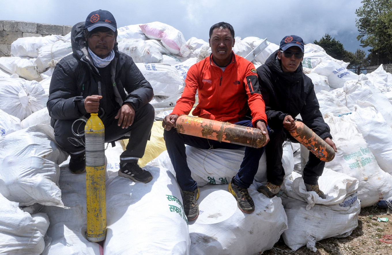 Four bodies and ten tons of rubbish collected from Everest