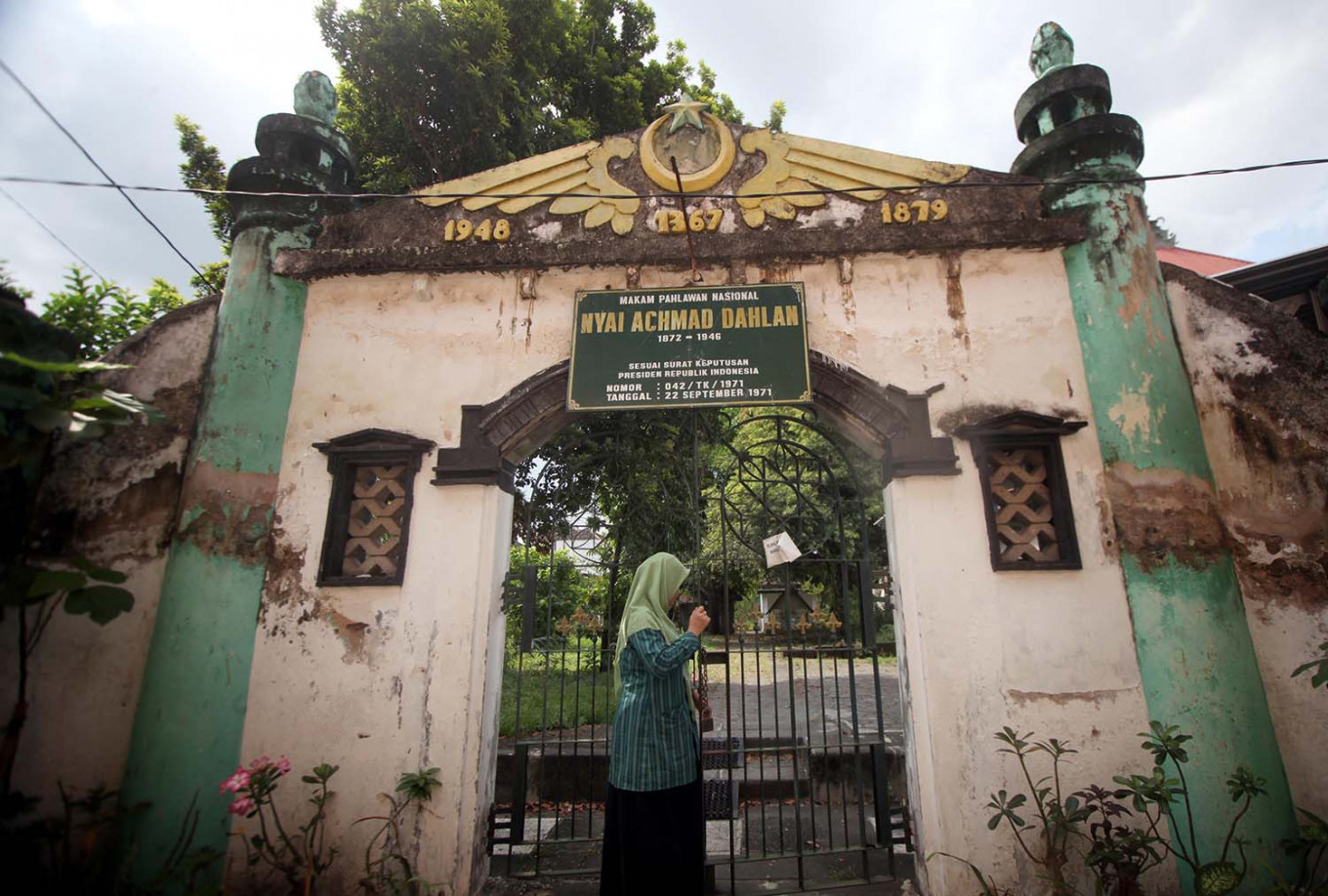 The gate to the Nyai (Mrs.) Ahmad Dahlan graveyard is located behind Kauman mosque. JP/Boy T. Harjanto