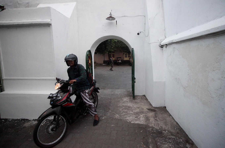 A motorist enters the east gate of Kauman. JP/Boy T. Harjanto