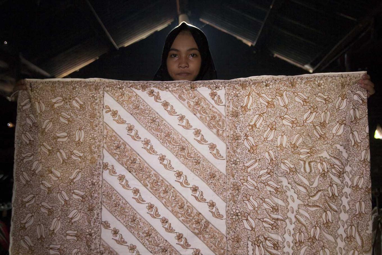 Risma Mustika, 14, shows her batik pattern.  JP/Sigit Pamungkas