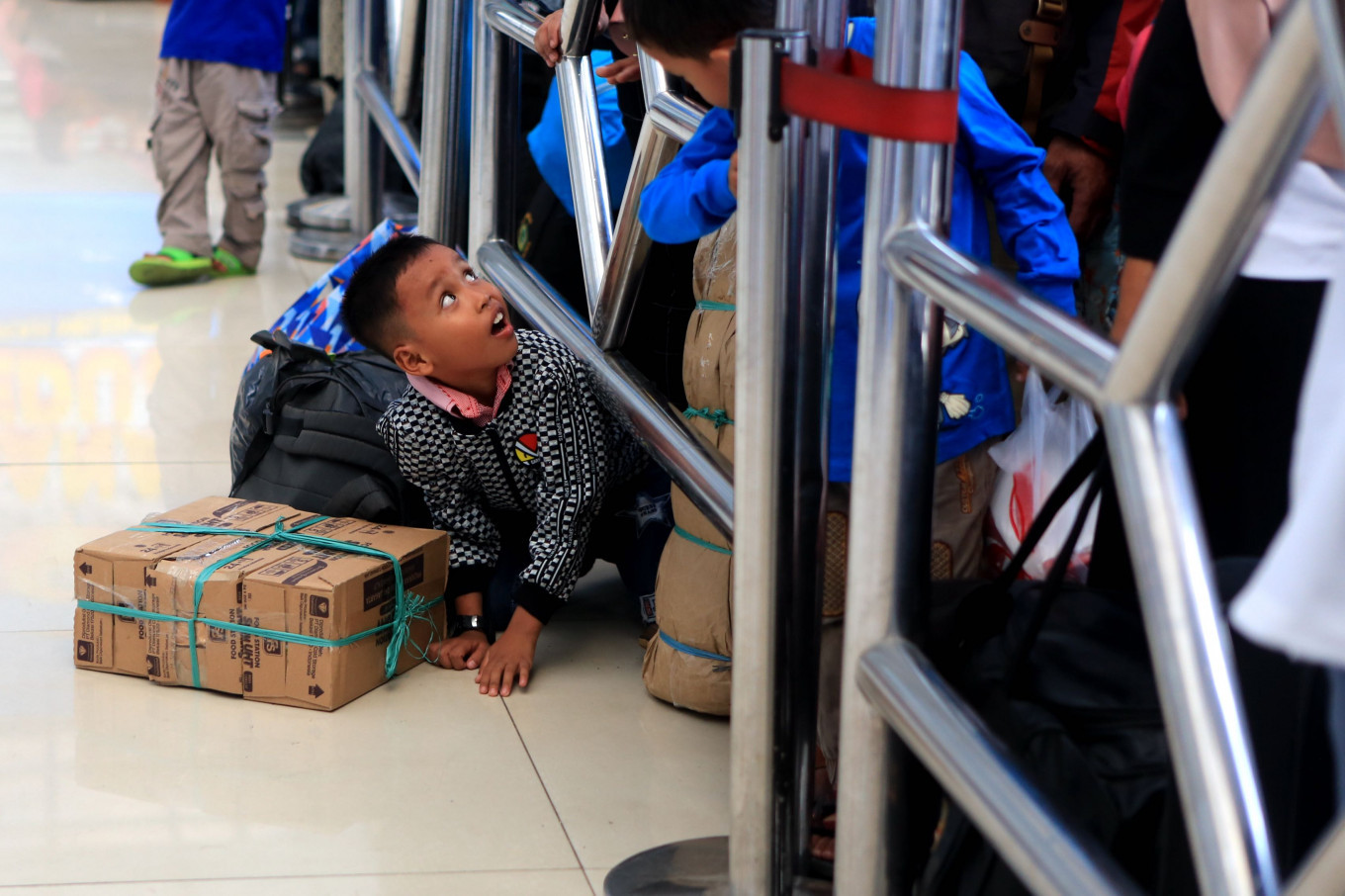 Rail good time: Children joke as they wait to board the KA Gumarang train, which will travel to Surabaya, East Java, from Pasar Senen Station in Central Jakarta, during the coming home together program sponsored by the State-Owned Enterprises Ministry on Tuesday. JP/Seto Wardhana