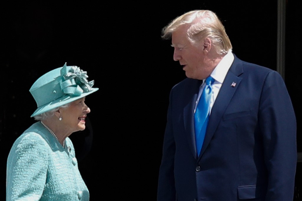Trump meets queen after insulting London mayor