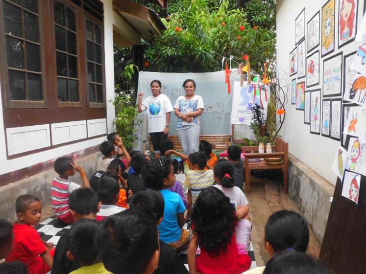Children listen to teachers at the Simpasio Institut.