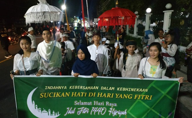 Hindus hit the road with Muslims in Lombok to celebrate Idul Fitri