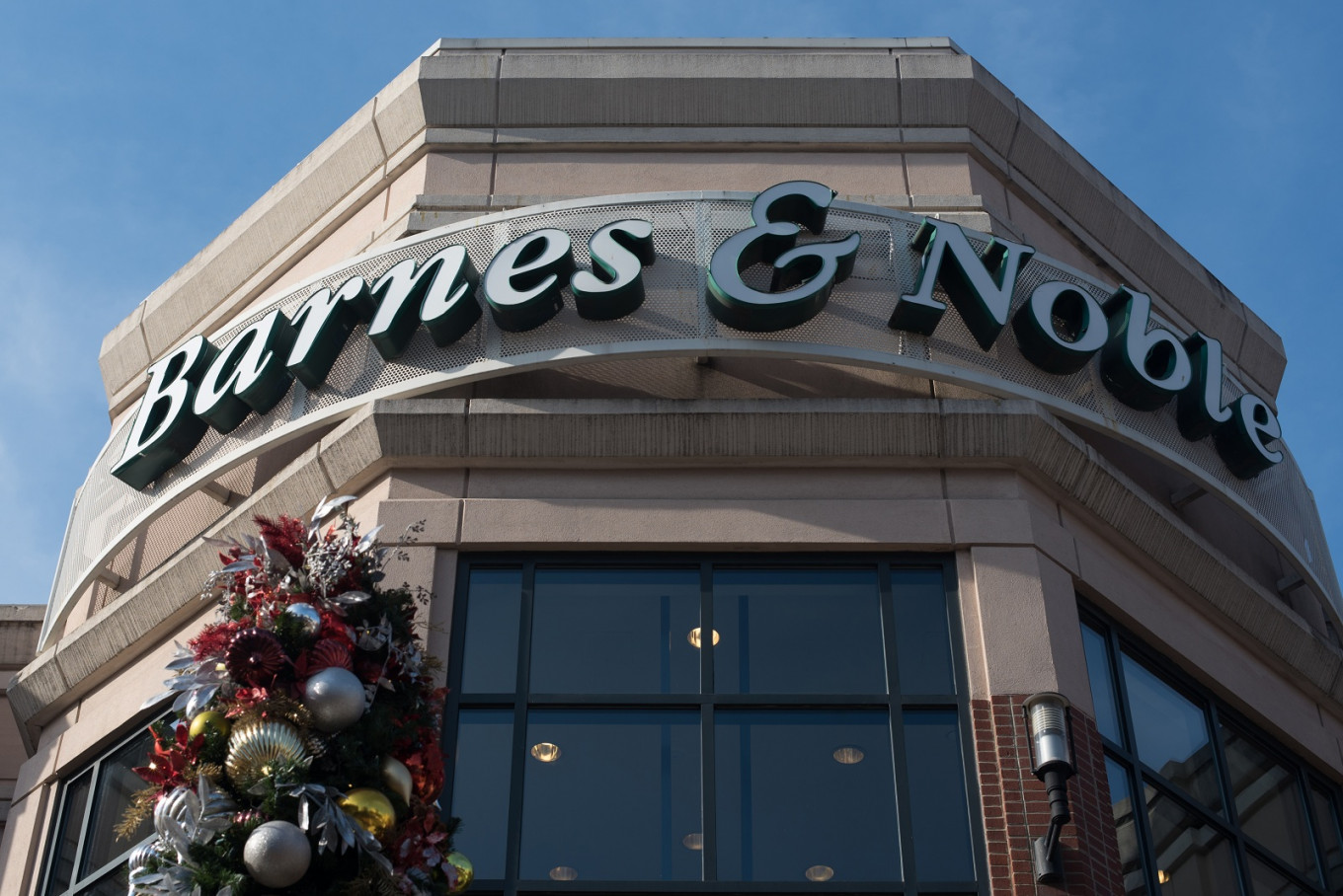 Hedge fund buys struggling book retailer Barnes & Noble