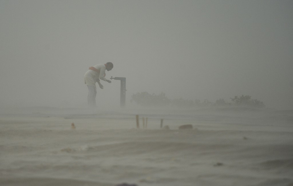 Man killed in fight over water in India amid deadly dust storm