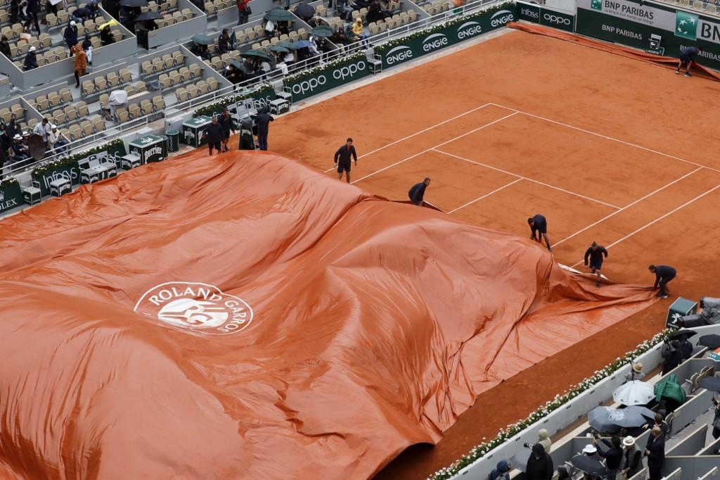Rain rescues faltering Djokovic at Roland Garros