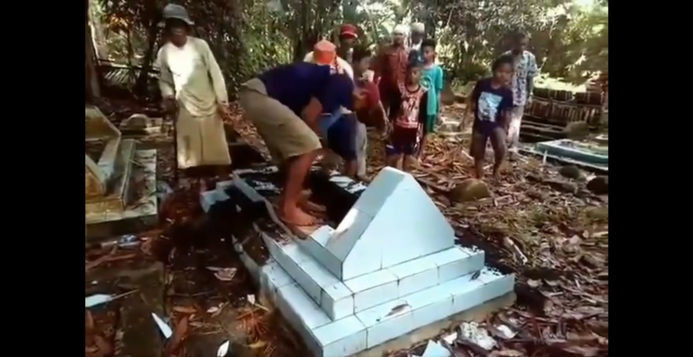 S. Sulawesi man 'forced' to move relatives' graves: 'I didn't vote for cemetery owner'
