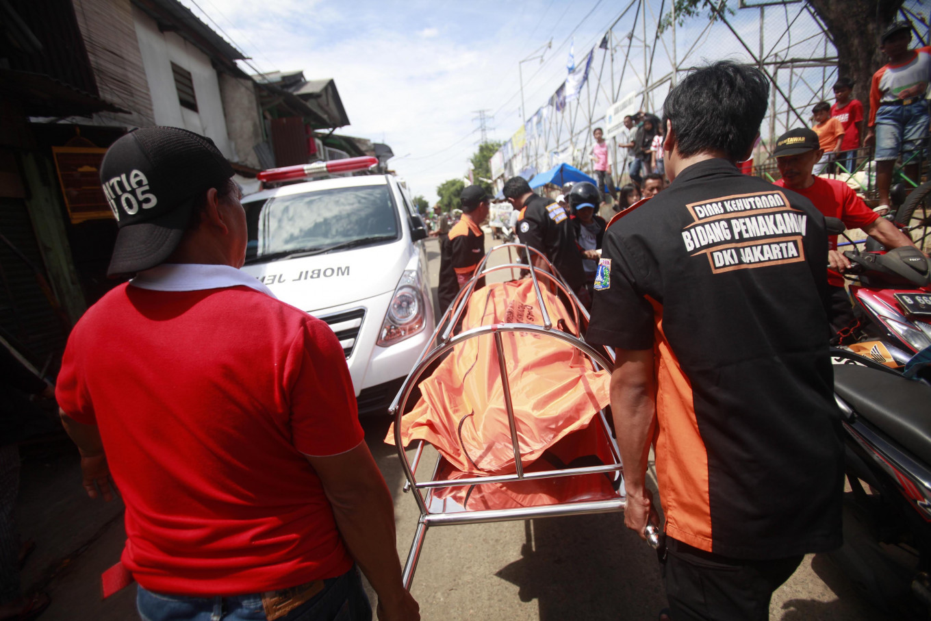Recovery: Palang Hitam members take an unidentified body to an ambulance. JP/Iqbal Yuwansyah