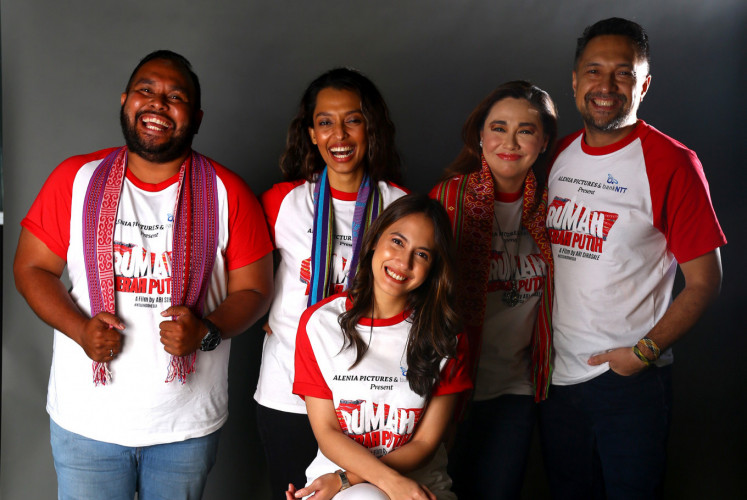 Actors Dicky Tatipikalawan (left), Shafira Umm (second left), Ari Sihasale (right) and Pevita Pearce (center) of 'Rumah Merah Putih' pose with executive producer Nia Zulkarnaen. The cast and crew were photographed at The Jakarta Post during an interview on June 12, 2019.