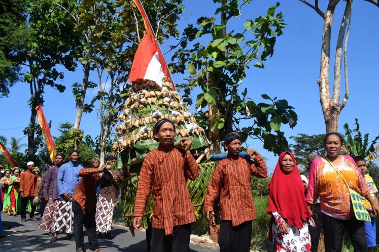 Gumbregan participants parade various offerings.