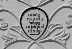 Javanese script can be seen on the Wijilan Arch. JP/Boy T. Harjanto