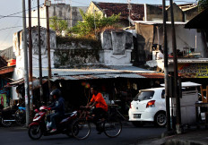 The Madyasura Arch in the east side of Yogyakarta Palace is now marred by temporary food stalls. JP/Boy T. Harjanto