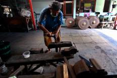 A worker prepares a hammer. JP/Maksum Nur Fauzan