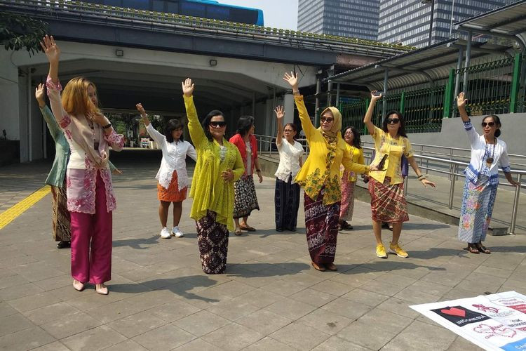 Women promote 'kebaya' wearing at MRT station