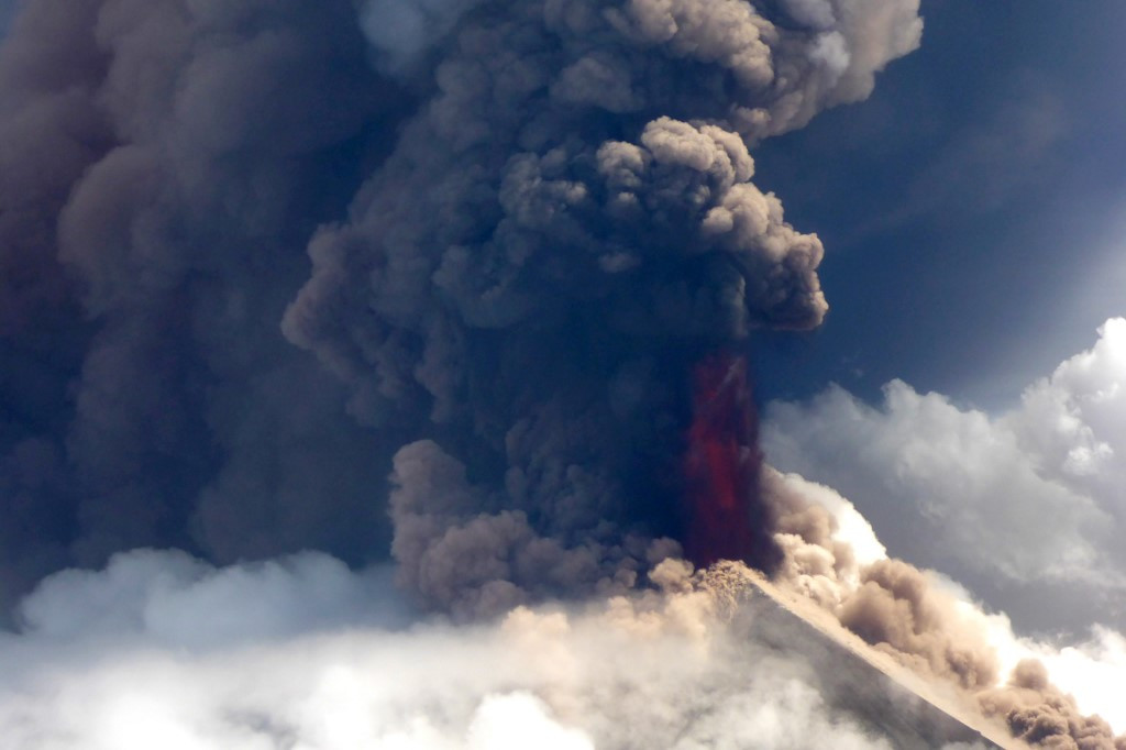 Thousands flee erupting Papua New Guinea volcano