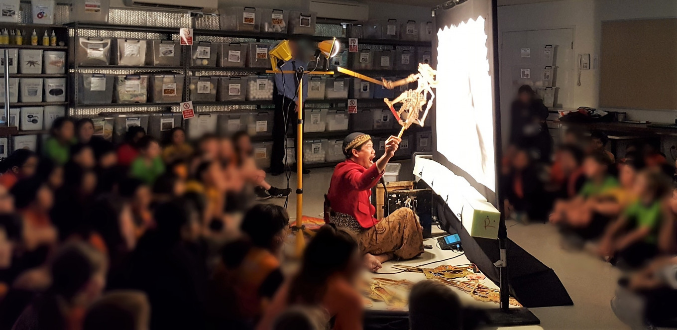 Traveling 'dalang' brings 'wayang kulit' to life at schools Down Under