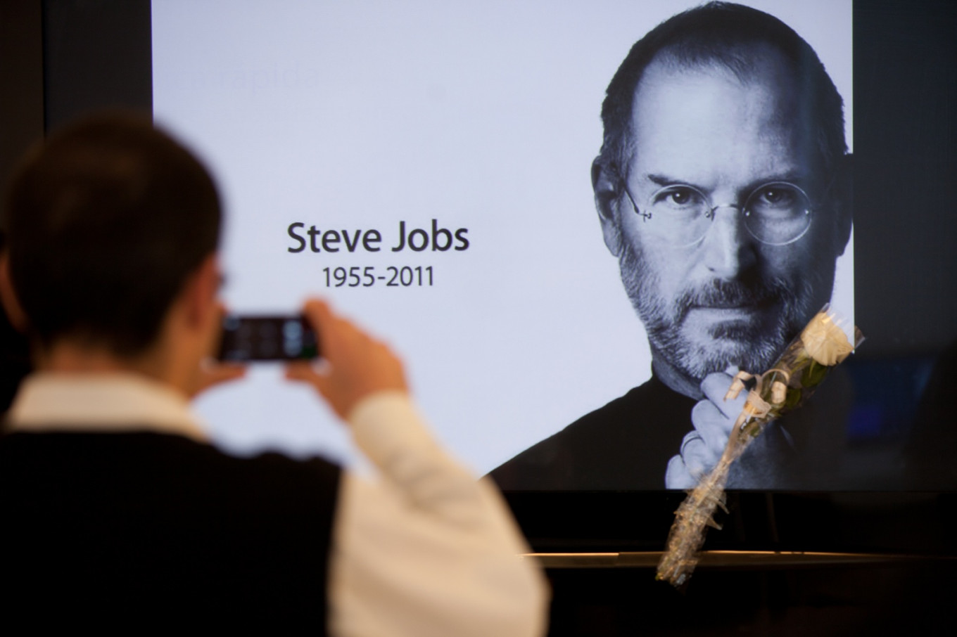Gates says Steve Jobs cast 'spells' to keep Apple from dying