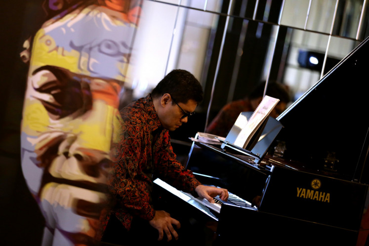Pianist Ananda Sukarlan performs several of his songs during 'Hommage a Farida Oetoyo', among them are 'Airport Blues', 'Lonely Child' and 'Urip Iku Urup'.