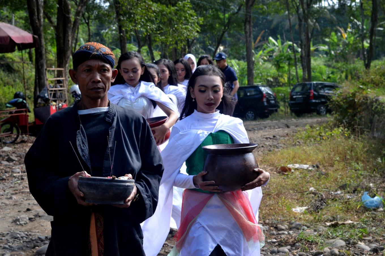 Participants conduct a river purifying ritual.