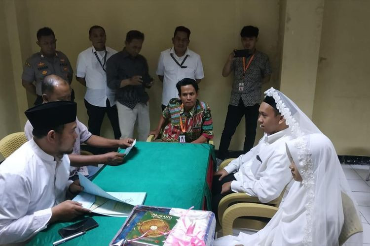​​​​​​​Man who threatened to behead Jokowi ties the knot in Jakarta jail