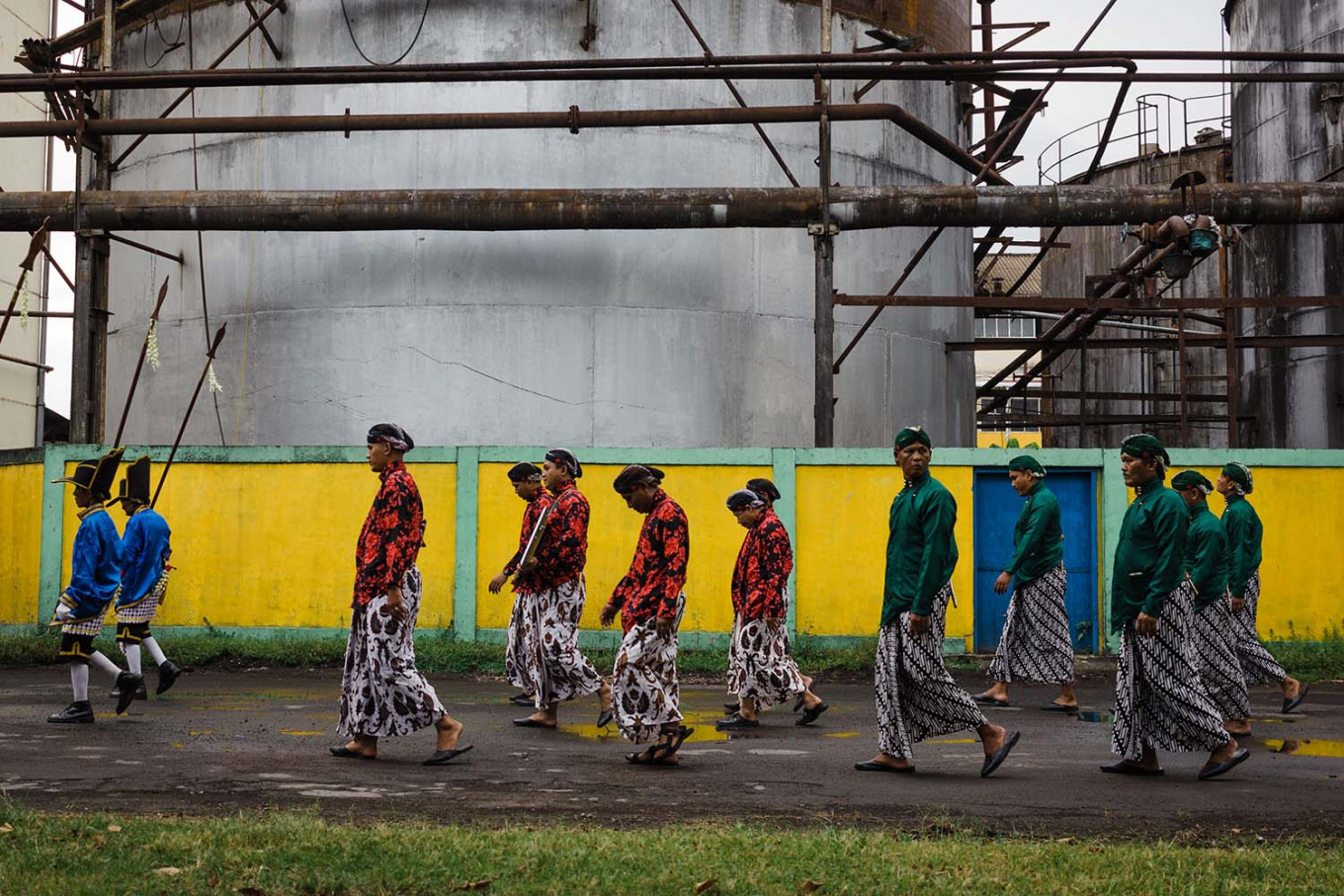 Villagers in traditional attire enter the Madukismo factory compound. JP/Anggertimur Lanang
